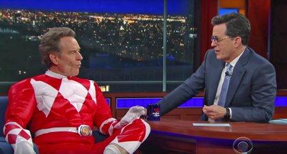 VÍDEO: Bryan Cranston aparece en The Late Show disfrazado de Power Ranger rojo