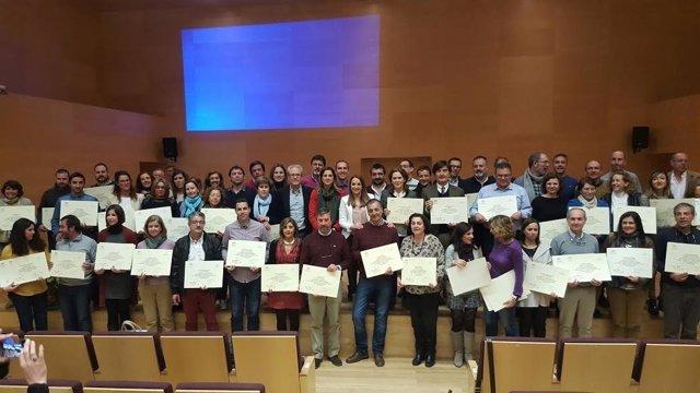 Ruiz (centro) junto a representantes de los centros reconocidos