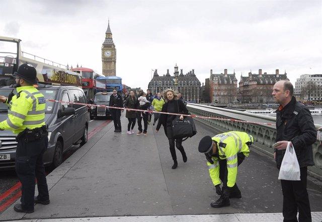 Heridos frente al puente de Westminster tras el ataque de Londres