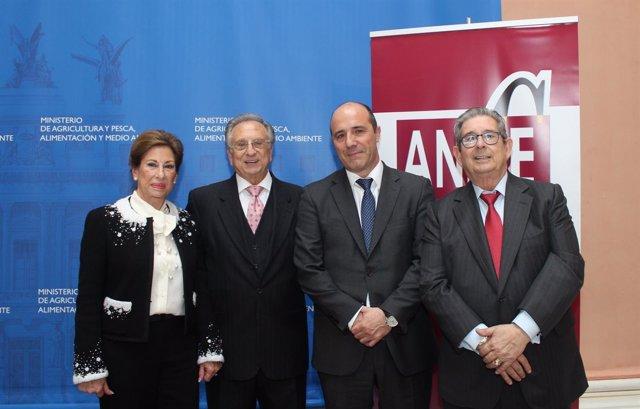 Los hermanos Fuertes junto al presidente de Anice, Carlos Serrano (segundo dcha)