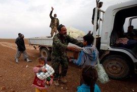 Las Fuerzas de Movilización Popular asisten a los civiles en las áreas liberadas de Mosul