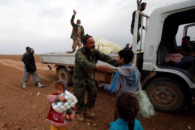 Las Fuerzas de Movilización Popular asisten a civiles en Mosul.