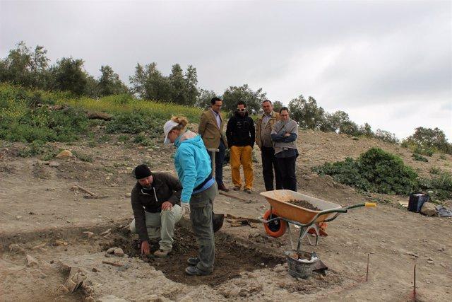 Trabajo de los arqueólogos durante la visita del alcalde a Torreparedones