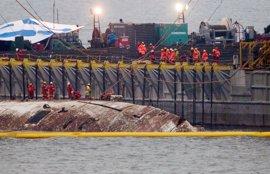 Corea del Sur comienza a sacar del agua el ferry 'Sewol' tres años después de su hundimiento