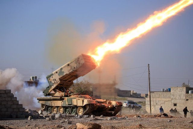 El Ejército iraquí dispara un cohete contra Estado Islámico en Mosul