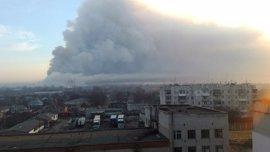 Unos 15.000 evacuados por un incendio en un depósito de armas en el este de Ucrania