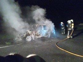 Bomberos sofocan un incendio fortuito en un vehículo en la A-15