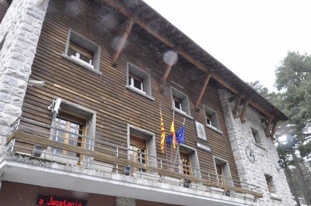 Fachada principal del Ayuntamiento de Canfranc.