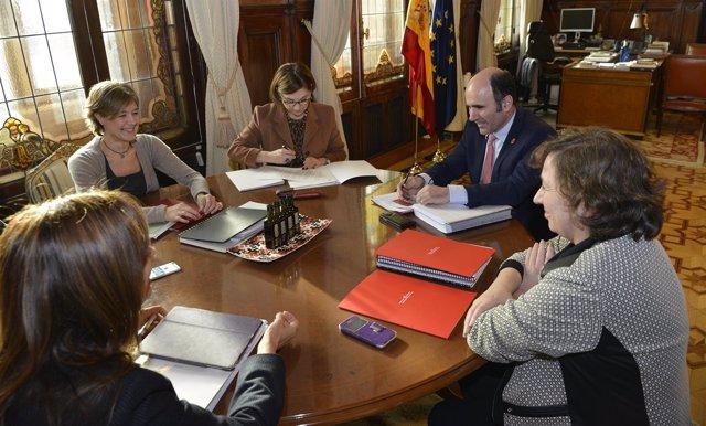Isabel García Tejerina con los consejeros Manu Ayerdi e Isabel Elizalde