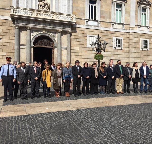 El Govern y el Ayuntamiento realizan un minuto de silencio por el atentado