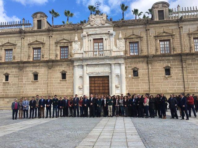 Minuto de silencio en la fachada del Parlamento andaluz