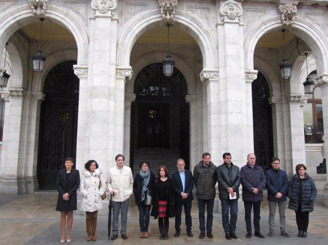 Minuto de silencio a las puertas del Ayuntamiento de Valladolid