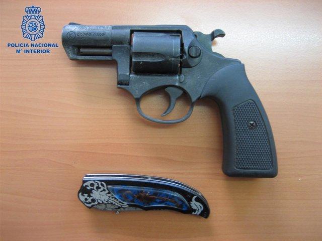 Revolver y navaja intervenidos