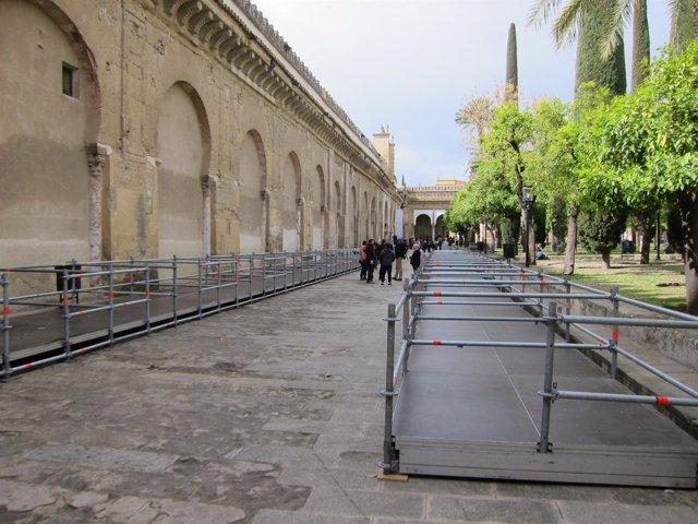 Estructuras para los palcos en el Patio de los Naranjos de la Mezquita
