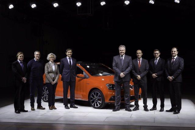 Directivos de Volkswagen Navarra junto al presidente del Comité de Empresa