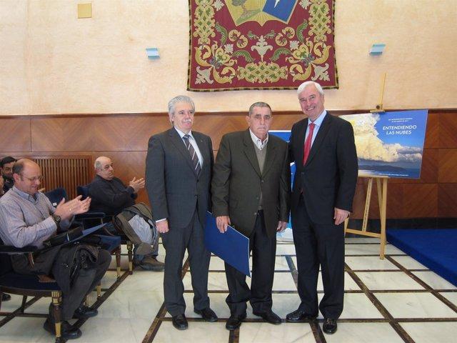 Alcalde y Requena con uno de los colaboradores de la AEMET reconocidos hoy