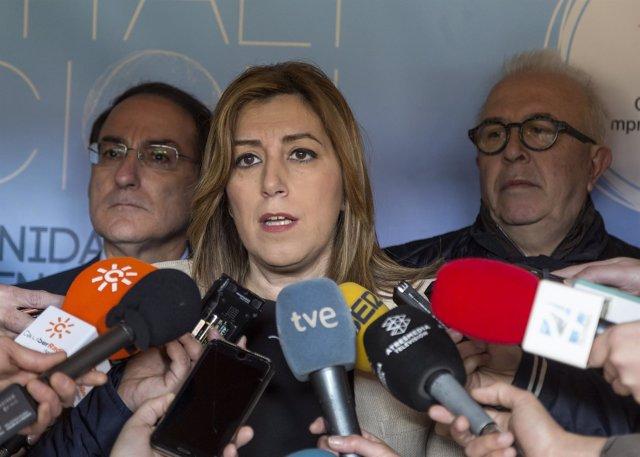 Susana Díaz atiende a los medios antes de participar en un acto de la CEA