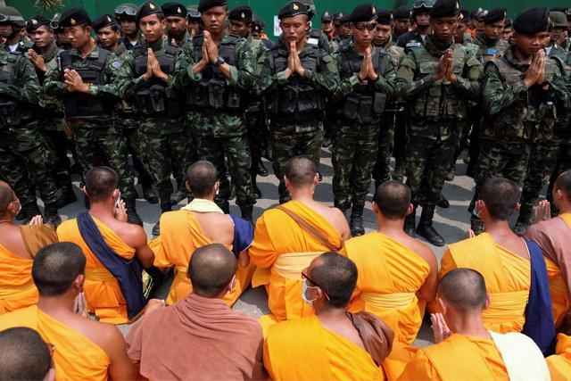 Monjes budistas se enfrenten a la Policía tailandesa por Phra Dhammachayo
