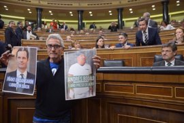 PP y PSOE quieren que la Mesa del Congreso amoneste a Cañamero por mostrar fotos a Catalá en el Hemiciclo