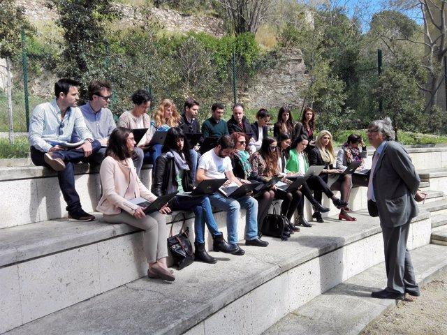 Un profesor imparte una clase en el ágora de la Escuela Judicial (Barcelona)