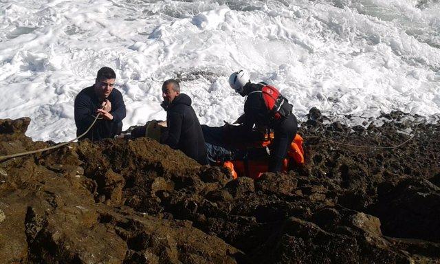 Rescate del segundo varón mientras continúa la búsqueda de otro hombre en el mar