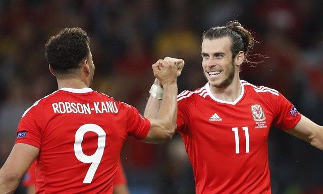 Robson-Kanu y Gareth Bale celebran el pase de Gales a semifinales