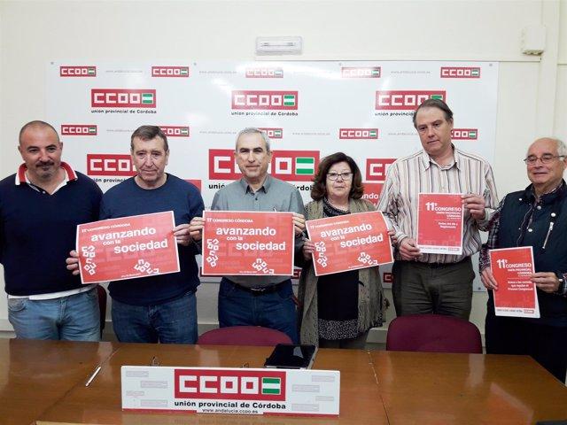 Rodríguez (centro) y dirigentes de CCOO muestran el lema del congreso