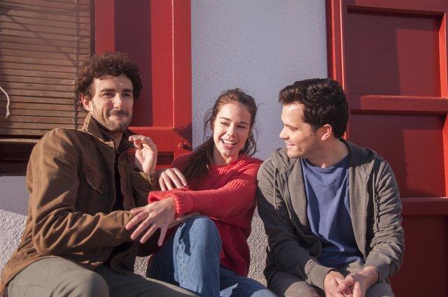Laia Costa, Miki Esparbé y Oriol Vila en el nuevo anuncio de Estrella Damm