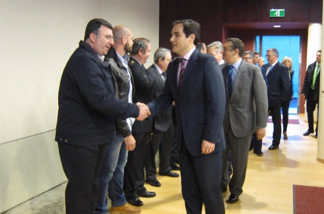 José Antonio Nieto y Antonio Sanz saludan a agentes