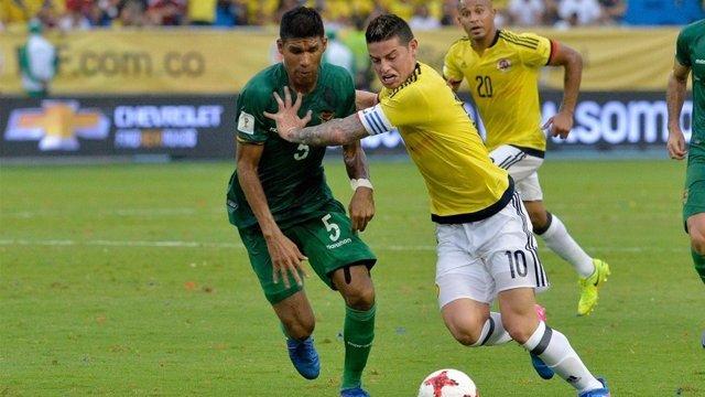James pugna con un defensa boliviano