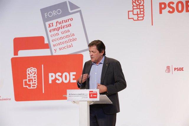 El presidente de la Gestora del PSOE, Javier Fernández, inaugura foro económico