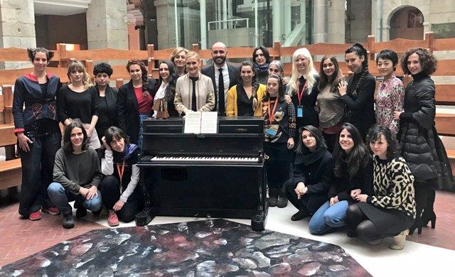 Cifuentes con artistas en la presentación de la Noche de los Teatros
