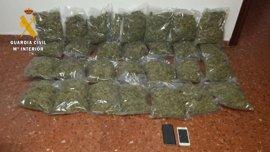 Detienen a un hombre en Dosbarrios que ocultaba 7,7 kilos de marihuana en el coche