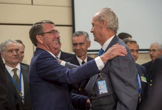 Pedro Morenés junto a Ashton Carter en la reunión de la OTAN