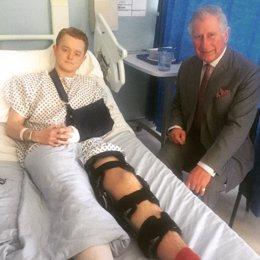El príncipe Carlos con una de las víctimas del atentado de Londres