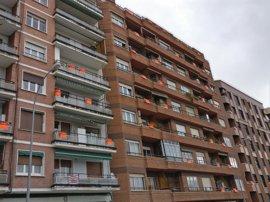 """Vecinos Duques de Nájera """"venden"""" de forma simbólica sus viviendas a modo de protesta por la construcción de dos torres"""
