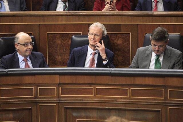 Pedro Morenés hablando por el móvil en el Congreso