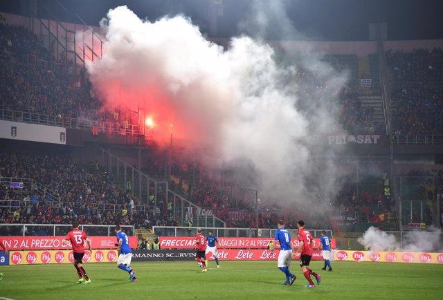 Italia vence a Albania en un partido que tuvo que ser interrumpido por bengalas