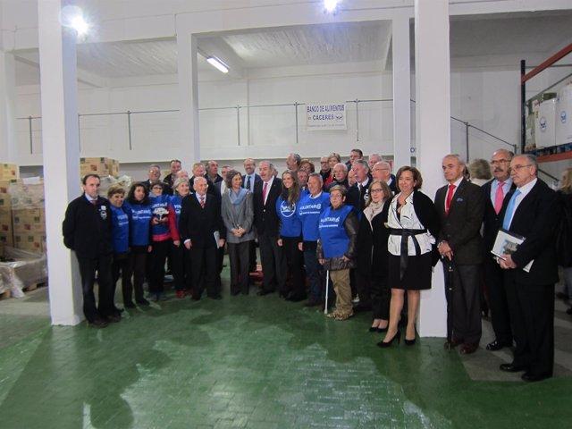 La Reina Sofía con voluntarios del Banco de Alimentos de Cáceres