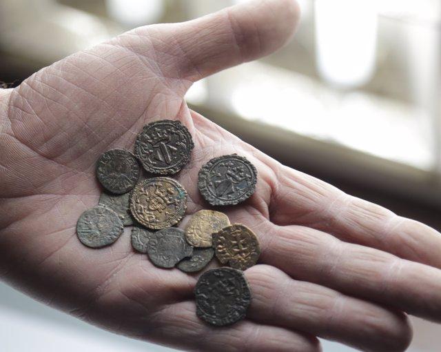 Las monedas han permanecido ocultas en el muro de la vivienda