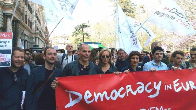 Manifestación de DiEM25 en Roma con Varoufakis