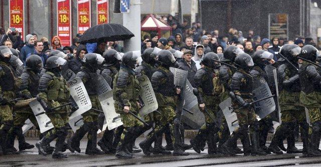 Policía antidisturbios durante una manifestación en MInsk