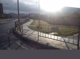 Inmovilizan un vehículo en Cuenca cuyo conductor ha causado varios daños en el mobiliario urbano