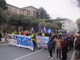 """Varios colectivos se manifiestan en Santiago junto a Podemos reclamando el derecho a """"vivienda, sanidad y trabajo"""""""