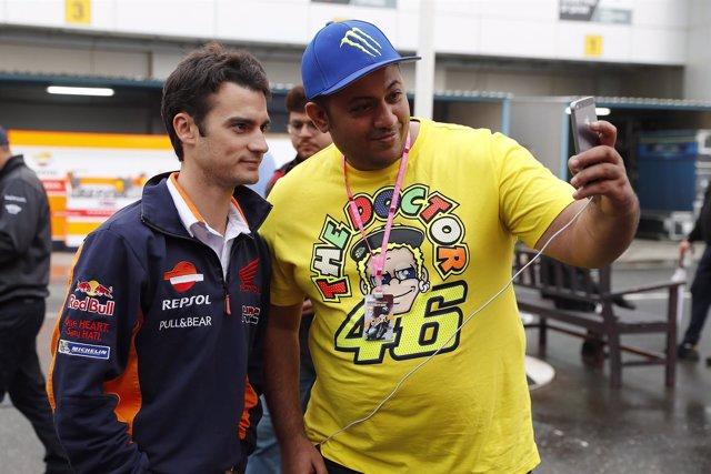 Dani Pedrosa con un seguidor de Valentino Rossi en Losail
