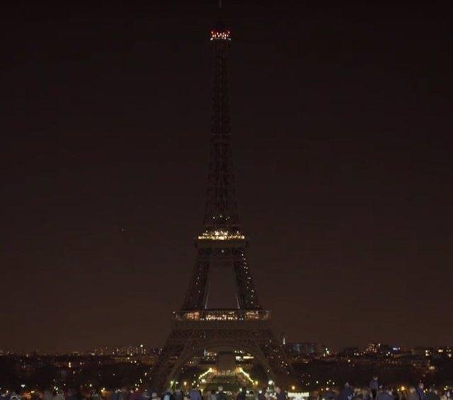 La Torre Eiffel con las luces apagadas por la Hora del Planeta