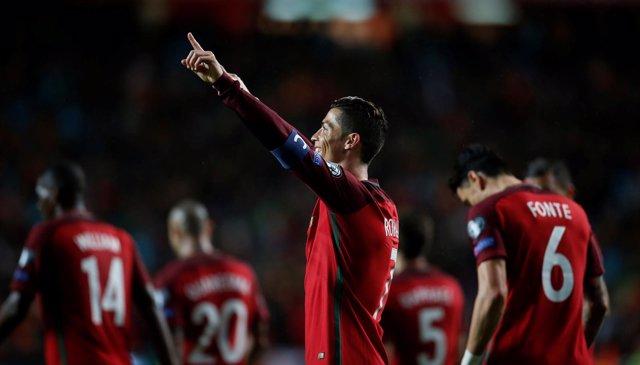 Cristiano Ronaldo celebra con Da Luz su doblete con Portugal