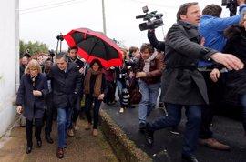 Manifestantes lanzan huevos en una cacerolada contra Fillon en el País Vasco francés