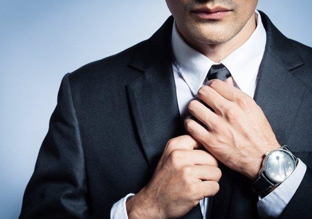 Hombre se anuda la corbata