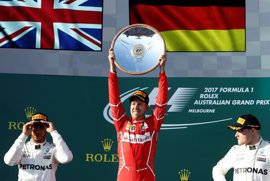 Vettel sorprende a Mercedes y se pone líder; Sainz termina octavo y Alonso abandona